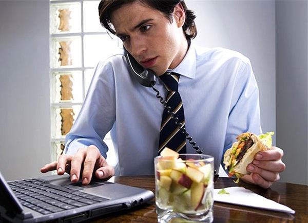 Почти 40 % россиян на работе сидят на диете