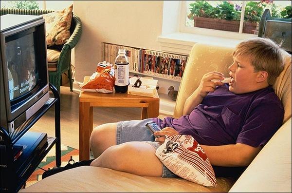 На детей с лишним весом реклама еды действует сильнее