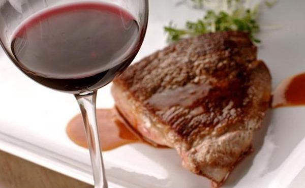 Красное вино нейтрализует вредное воздействие мяса