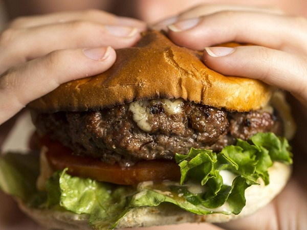 Первый в мире гамбургер с синтетической говядиной стоит 250 тыс. фунтов