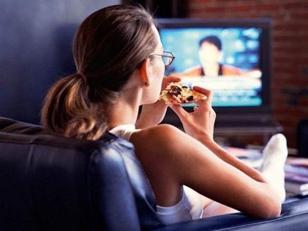 За просмотром телевизора ученые советуют есть ложкой меньшего размера