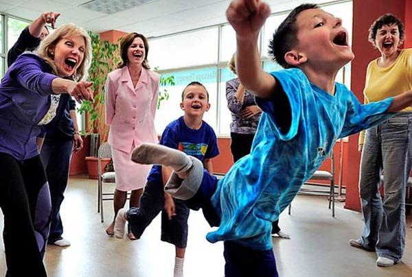 Греки пытаются справиться с кризисом при помощи йоги смеха