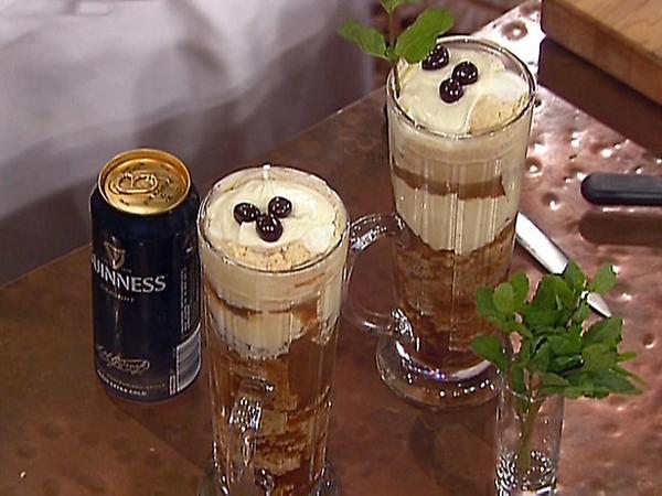 Необычный коктейль-десерт сделали из мороженого, пива и бекона