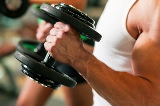 После тяжелых тренировок люди съедают меньше